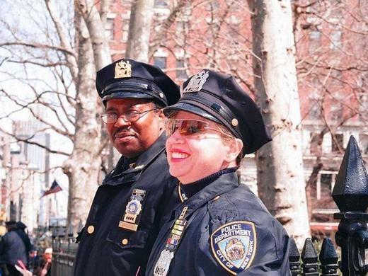 Sĩ quan cảnh sát cũng có mức căng thẳng cao với 50.82. Lương trung bình năm của họ đạt 56.980 USD, tăng trưởng dự báo tới năm 2022 là 5%.