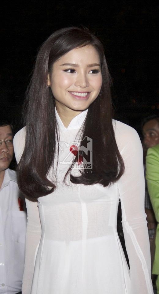 Phương Trinh Jolie xuất hiện trong bộ áo dài trắng nhẹ nhàng, thướt tha cùng nụ cười rạng rỡ. - Tin sao Viet - Tin tuc sao Viet - Scandal sao Viet - Tin tuc cua Sao - Tin cua Sao