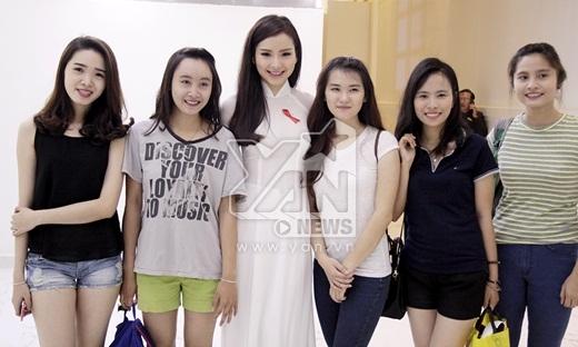 Phương Trinh Jolie chụp ảnh lưu niệm cùng các bạn khán giả - Tin sao Viet - Tin tuc sao Viet - Scandal sao Viet - Tin tuc cua Sao - Tin cua Sao