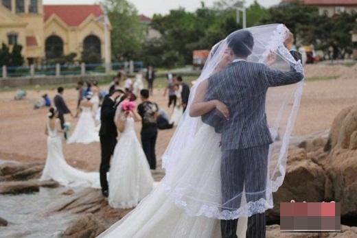 """Các cặp đôi đổ xô đi chụp ảnh cưới trong ngày """"Anh yêu em"""""""