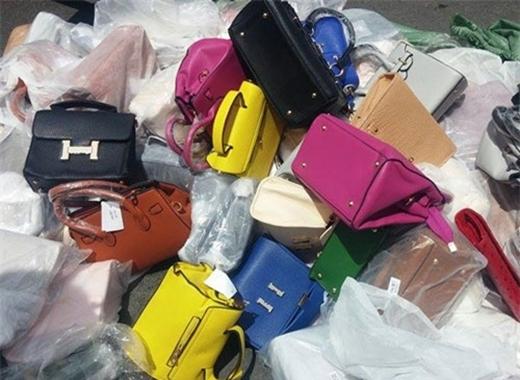Các loại túi giả thương hiệu ngàn đô bị bắt giữ - Ảnh: Quang Minh