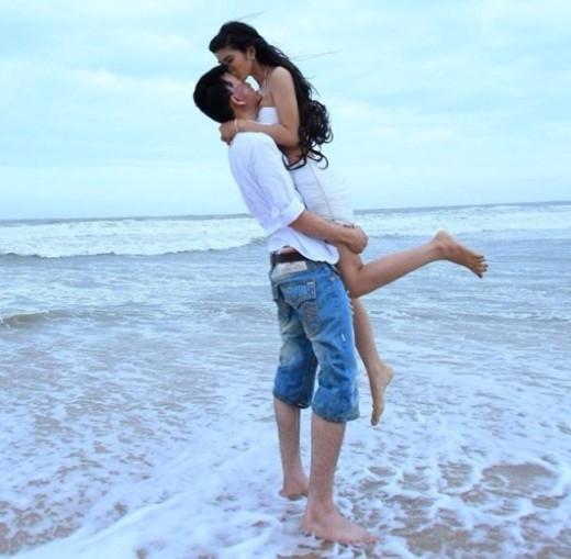 """5 năm quen nhau, đủ để cả hai hiểu về nhau, và rồi cặp đôi này cũng chính thức quyết định tổ chức đám cưới. Thu Hiền chính là tình yêu đầu tiên và cũng là duy nhất đối với Trần Lâm. Dù cả hai đã gặp rất nhiều khó khăn và những lời nói """"gièm pha, đàm tếu"""" rằng cô yêu anh chỉ vì tiền. Nhưng rồi chính tình yêu của cả hai, đám cưới hạnh phúc này là minh chứng cho tất cả."""