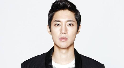Ngỡ ngàng với sắc mặt thất thần của Kim Hyun Joong trong quân ngũ