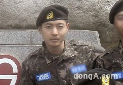 Bức ảnh trong quân đội của Kim Hyun Joong khiến fan lo lắng