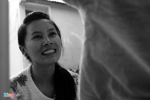 Mỗi ngày bé vào lớp, chị Phương ngồi bên cạnh vừa giúp con, vừa theo dõi các bài học của giáo viên để về tập thêm cho Kiệt.
