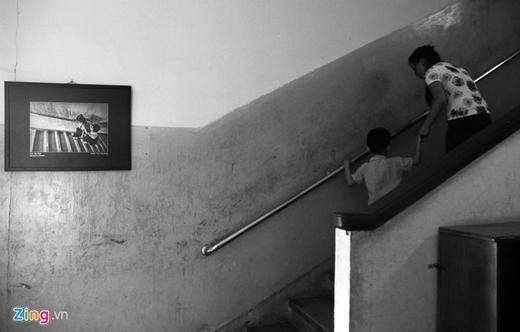 Sau mỗi buổi học, 2 mẹ con tiếp tục vật lộn với những bài tập vận động dọc hành lang và cầu thang.