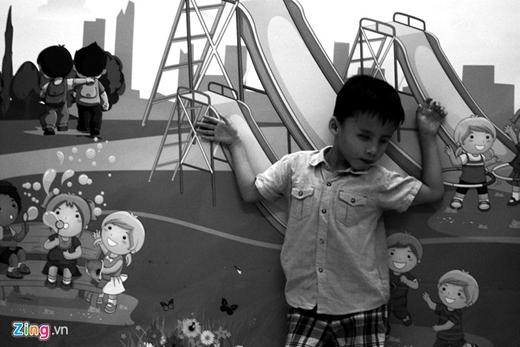 Từ một cậu bé trước đây nằm liệt giường, hiện Kiệt đã tự đứng, tựa mình vào tường, chập chững những bước đi đầu tiên…