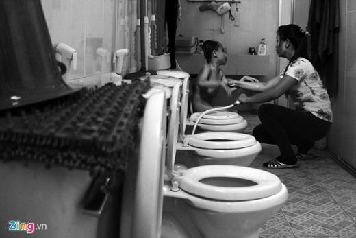 """""""Ai làm cha, mẹ đều mong muốn con được lành lặn, nhưng số phận không may nên tôi phải chịu, chị Phương vừa tắm cho bé vừa nói."""