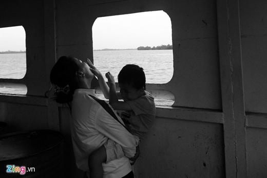 Phút vui vẻ của 2 mẹ con chị Phương khi đi qua phà ở Long An trở về nhà sau một ngày dài vất vả. Trong một năm qua, 2 mẹ con chị đã đi quãng đường gần 60.000 km.