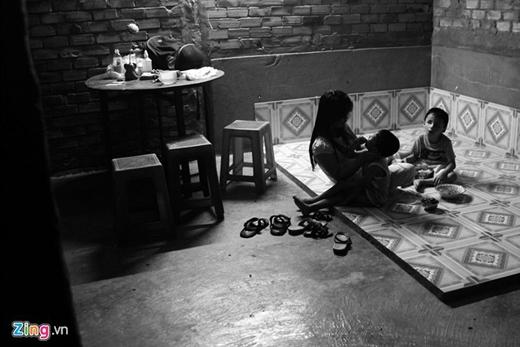 Căn nhà nhỏ, nơi tá túc của 3 mẹ con chị Phương cùng mẹ chồng. Dù gia cảnh không khá giả, nhưng luôn đầy ắp tiếng cười và tình yêu thương.