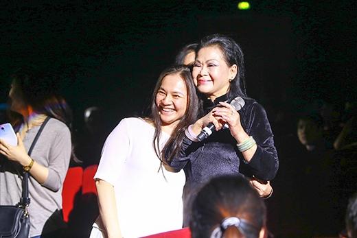 Khánh Ly đi xuống dưới để gần hơn với khán giả Thủ đô - Tin sao Viet - Tin tuc sao Viet - Scandal sao Viet - Tin tuc cua Sao - Tin cua Sao