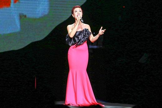 Là ca sĩ trẻ nhất trong đêm nhạc, vinh dự được đứng chung sân khấu với nữ danh ca Khánh Ly, Uyên Linh cảm thấy rất xúc động và hạnh phúc. - Tin sao Viet - Tin tuc sao Viet - Scandal sao Viet - Tin tuc cua Sao - Tin cua Sao