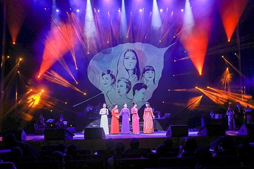 """Ca khúc sau cùng là """"Gọi tên bốn mùa"""" được Khánh Ly hát cùng các vị khách mời là lời chào, cũng là lời hẹn gặp lại cho những lần trở về tiếp theo của bà trong thời gian tới. - Tin sao Viet - Tin tuc sao Viet - Scandal sao Viet - Tin tuc cua Sao - Tin cua Sao"""