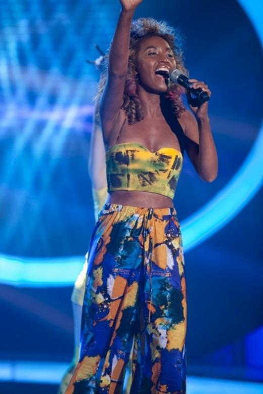 Ái Phương nhuộm da để hóa thân thành Mel B nhóm Spice Girls và thể hiện bài hát Wannabe. - Tin sao Viet - Tin tuc sao Viet - Scandal sao Viet - Tin tuc cua Sao - Tin cua Sao