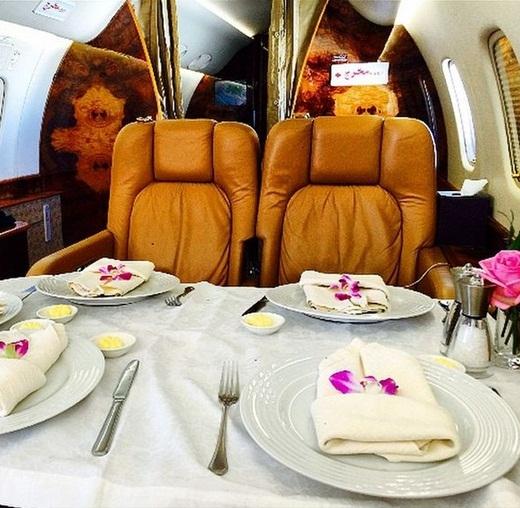 Với mỗi chuyến du lịch của mình, Abbas tuyệt nhiên đều sử dụng máy bay riêng để di chuyển với các dịch vụ siêu cao cấp như ở khách sạn 5 sao.