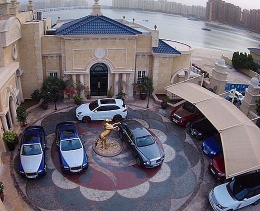 Cha của Abbas rất cưng chiều anh chàng cho nên ông thường tặng rất nhiều siêu xe cho con trai cưng của mình.