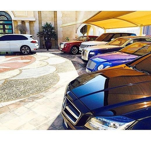 Có thể thấy các siêu xe xếp thành hàng dài trong sân nhà của Abbas.