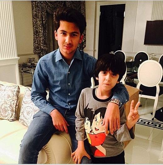Abbas cũng thường xuyên chia sẻ những hình ảnh đi du lịch khắp thế giới của mình cùng với cậu em trai.