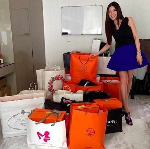 """Những hình ảnh của Jamie Chua - cựu tiếp viên hàng không của hãng Singapore Airlines - với những đồ hiệu đắt tiền, những lần shopping """"không cần nhìn giá"""" được cô đăng tải trên Instagram khiến nhiều người, đặc biệt là phụ nữ ao ước."""