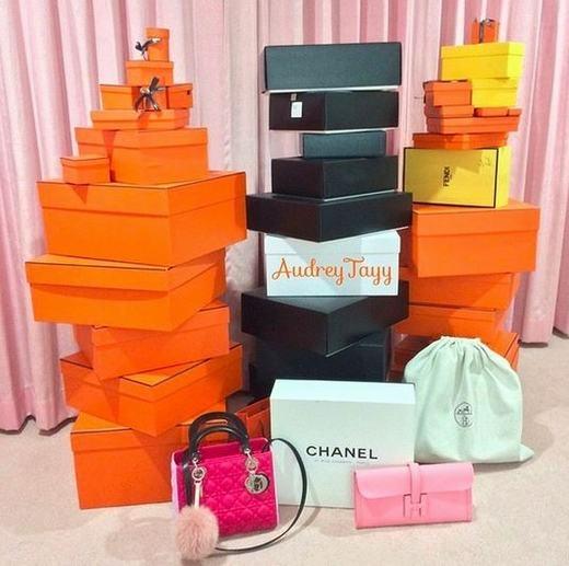 Cô có một bộ sưu tập túi xách của các hãng nổi tiếng như Dior, Hermes, Givenchy, Chanel, Saint Laurent…