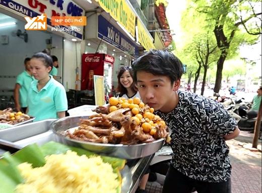 Quang Bảo thích thú khám phá món xôi gà nổi tiếng của Sài Gòn