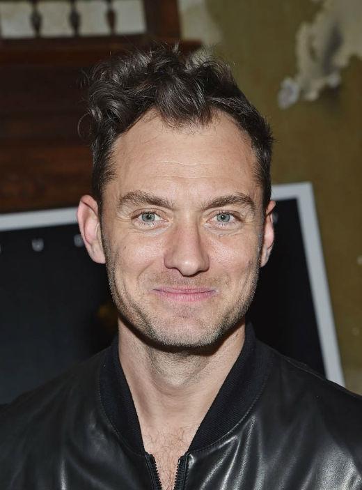 Tuy nhiên, vẻ ngoài của nam diễn viên người Anh đang bị đe dọa nghiêm trọng khi những nếp nhăn xuất hiện khiến nét quyến rũ dần mất đi
