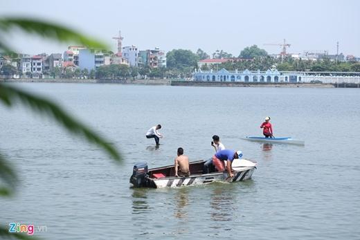Sau đó, Trần Đình Quý ngồi lơ lửng nhiều phút giữa hồ.