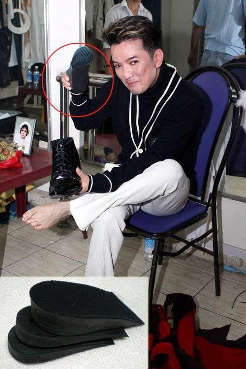 Mr Đàm lôi từ trong đôi giày mượn của Phạm Văn Mách miếng độn dày giúp anh cao thêm 10 cm. - Tin sao Viet - Tin tuc sao Viet - Scandal sao Viet - Tin tuc cua Sao - Tin cua Sao