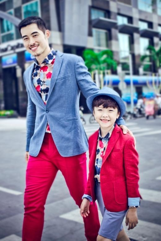 Bố và con ăn mặc tông xuyệt tông.