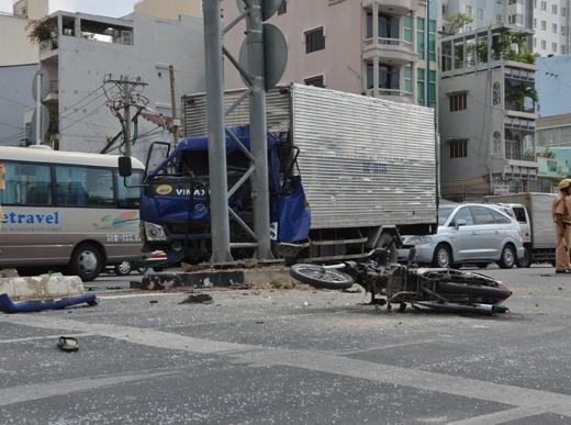 Xe tải tông trụ đèn giao thông, 2 người nguy kịch