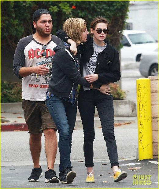 Alicia thậm chí còn quàng cả hai tay vào eo Kristen và chồm người về phía cô