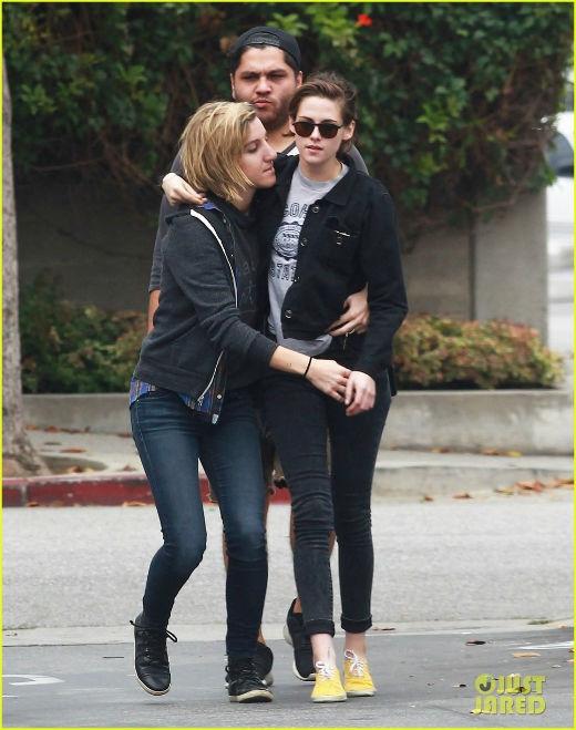 Kristen Stewart công khai tình tứ ôm ấp bạn gái