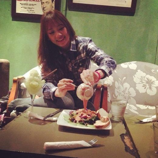 Mặc dù Hari Won là nghệ sĩ khá bận rộn với những lịch trình nhưng cô không thể quên việc chăm lo cho sức khoẻ và luôn vui vẻ ăn uống cùng bạn bè. - Tin sao Viet - Tin tuc sao Viet - Scandal sao Viet - Tin tuc cua Sao - Tin cua Sao