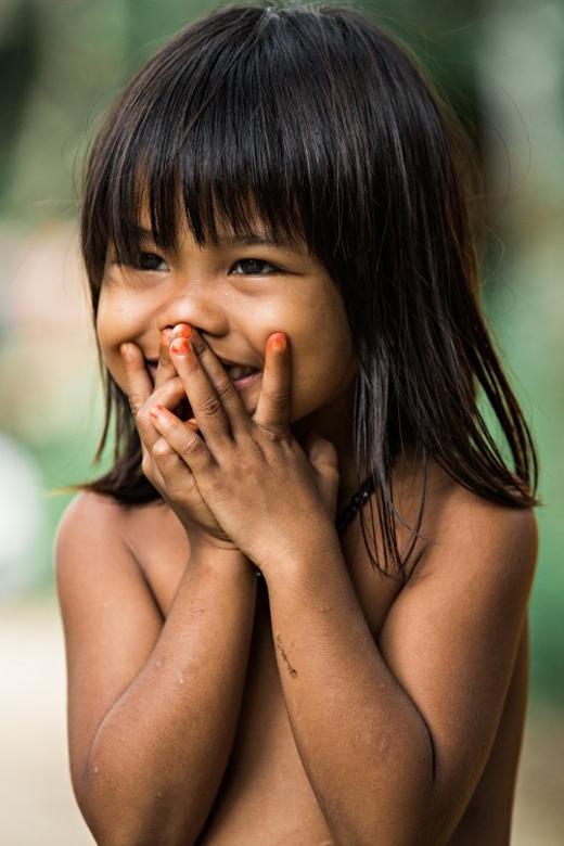 Cô bé thật xinh xắn với nụ cười và bàn tay như để làm duyên.