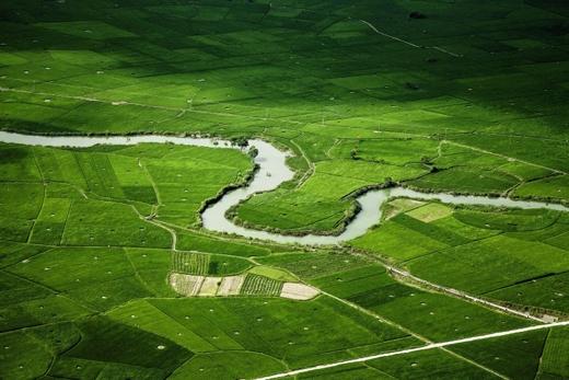 Cảnh tượng tươi mát của vùng núi với con sông và ruộng đồng đan xen lẫn nhau.