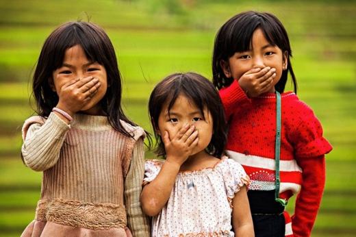 Những cô bé cũng có thói quen che miệng khi cười.
