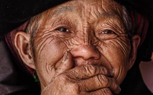 Đây có lẽ là thói quen của rất nhiều người Việt, không kể vùng miền, hễ cười thì phản xạ tự nhiên là đưa tay che miệng.
