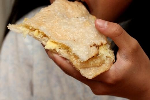 Bánh đa kê, với lớp bánh đa giòn rụm, một lớp đậu xanh, lớp kê, phủ thêm một lớp đường ngọt lịm, khiến đứa trẻ nào cũng mê mệt.
