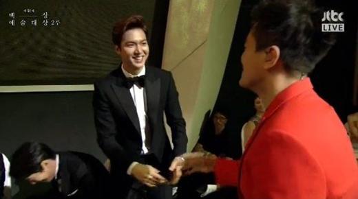 Màn chào hỏi Lee Min Ho của ông chủ JYP gây sốt tại Baeksang 2015