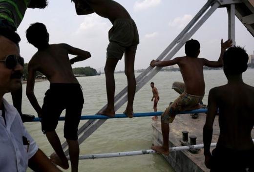 Nhiều người đã di chuyển ra các con, sông kênh để tắm tránh nắng nóng