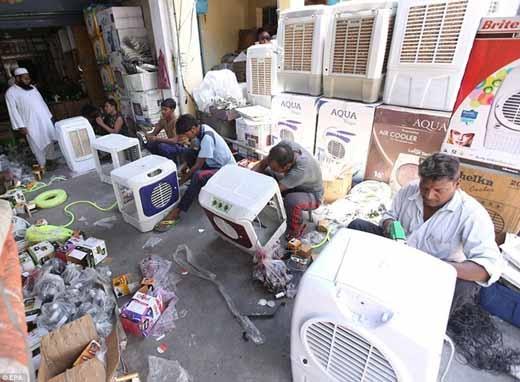 Các công nhân của một công ty sản xuất máy điều hòa cũng làm việc không ngừng tay khi nhu cầu của người dân sử dụng của người dân quá lớn