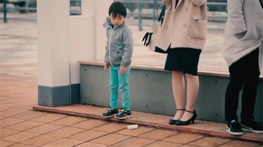Cậu bé nhìn vào chiếc ví bị rơi và không biết làm thế nào!