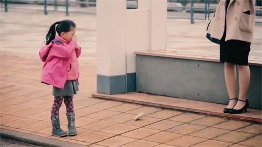 Cô bé khá ngạc nhiên khi nhìn thấy chiếc ví dưới đất!