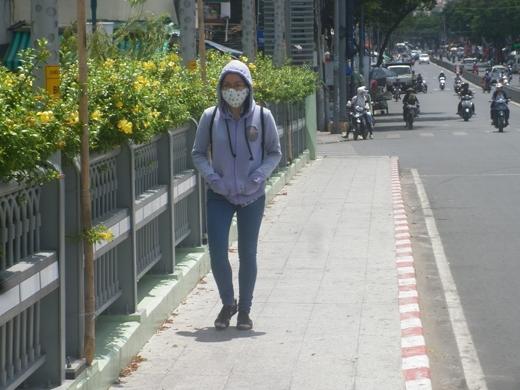 Còn tại TP.HCM, dù nắng nóng không bằng miền Bắc hay miền Trung nhưng vào buổi trưa nhiệt độ ở mức 35 – 36 độ C cũng khiến nhiều người cảm thấy mệt mỏi và khó chịu.