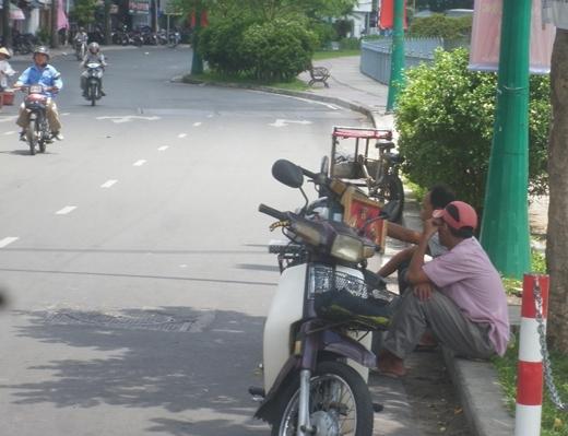 Các tán cây luôn là nơi lý tưởng để các bác xe ôm trốn nắng nóng như hiện nay
