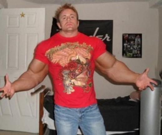 Sức mạnh tỏa ra từ cơ bắp của anh ấy khiến cánh cửa bị cong vẹo hẳn đi