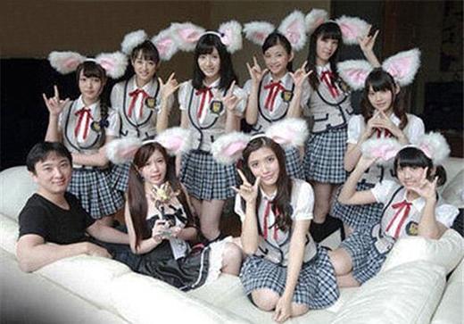 Anh chàng này chụp hình cùng nhóm nhạc nổi tiếngAKB48