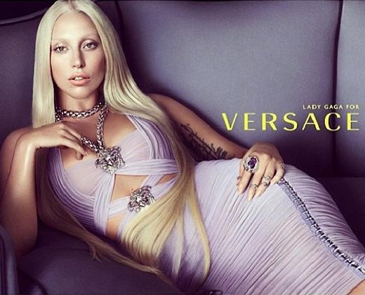 Đầu năm 2013, Lady Gaga cũng từng mang đến một bất ngờ lớn khi trở thành đại diện của Atelier Versace.