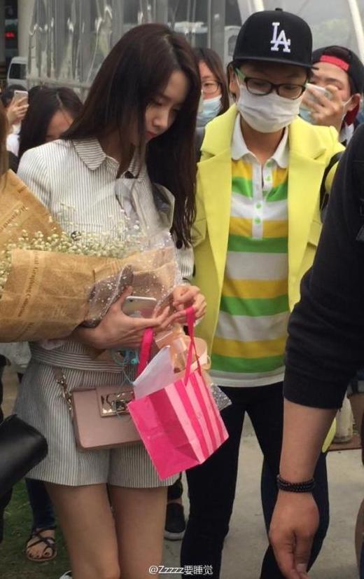 Quá thân thiện, Yoona bị fan cuồng lợi dụng tại sân bay?