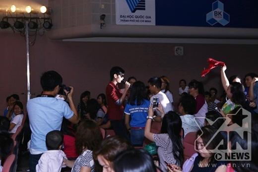 Anh nhận được sự cổ vũ nồng nhiệt từ phía các bạn sinh viên - Tin sao Viet - Tin tuc sao Viet - Scandal sao Viet - Tin tuc cua Sao - Tin cua Sao